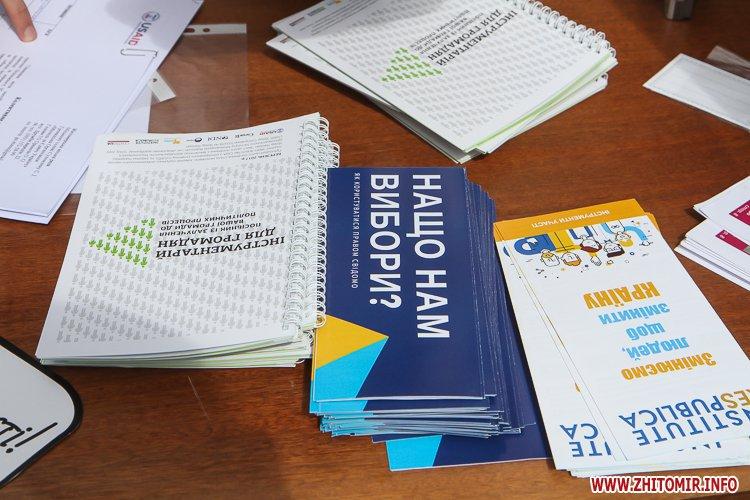 divAn 11 - На Михайлівській житомирянам пропонують посидіти на «Дивані незалежАності» і підписати звернення