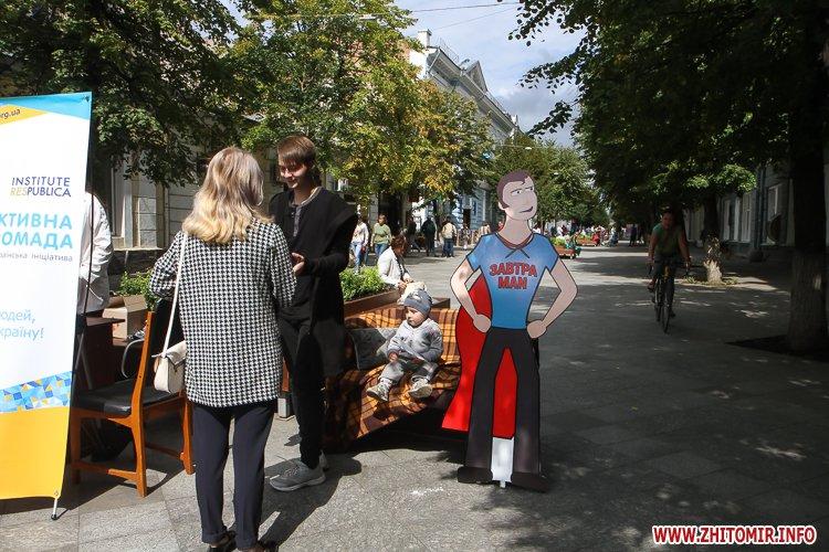 divAn 12 - На Михайлівській житомирянам пропонують посидіти на «Дивані незалежАності» і підписати звернення