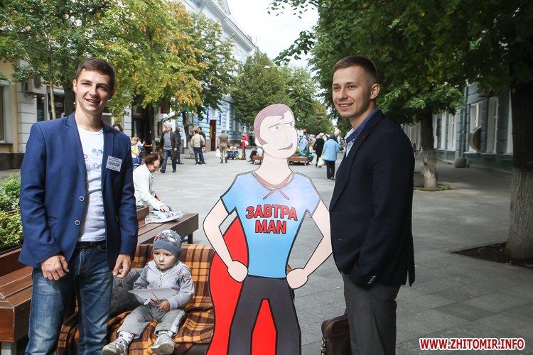 divAn 13 - На Михайлівській житомирянам пропонують посидіти на «Дивані незалежАності» і підписати звернення