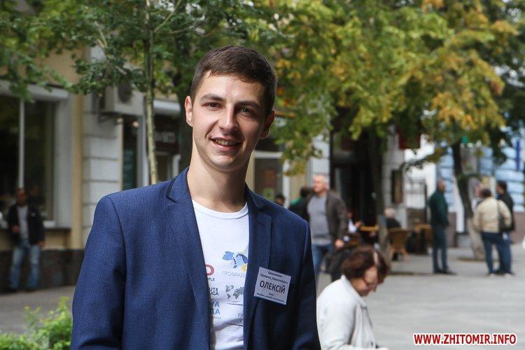 divAn 14 - На Михайлівській житомирянам пропонують посидіти на «Дивані незалежАності» і підписати звернення