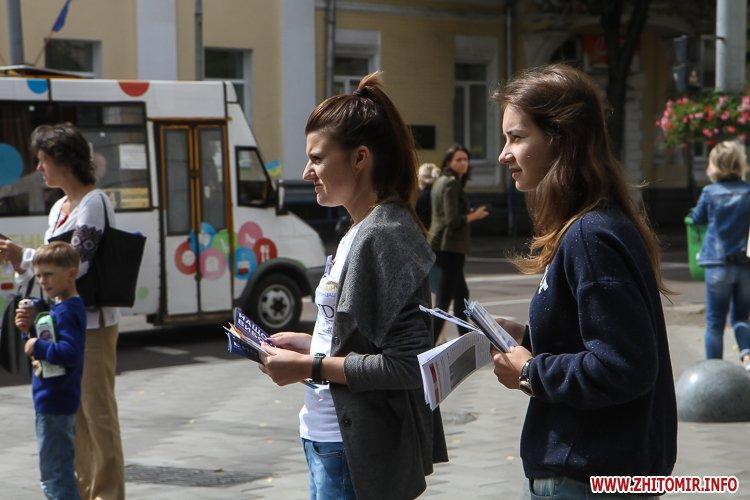 divAn 16 - На Михайлівській житомирянам пропонують посидіти на «Дивані незалежАності» і підписати звернення