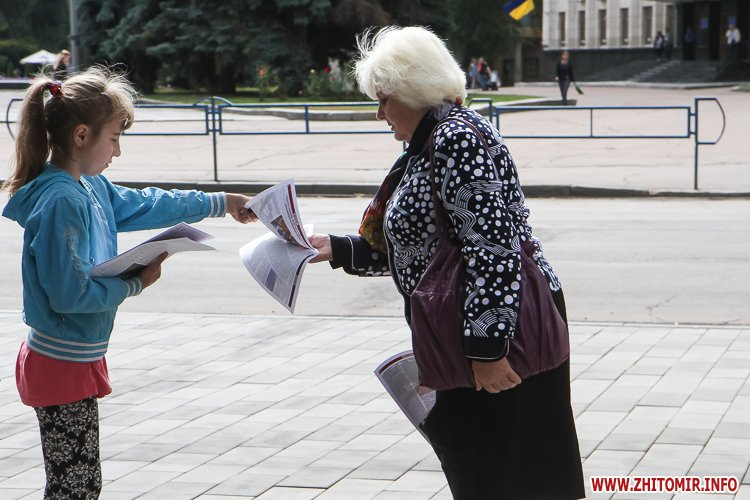 divAn 17 - На Михайлівській житомирянам пропонують посидіти на «Дивані незалежАності» і підписати звернення