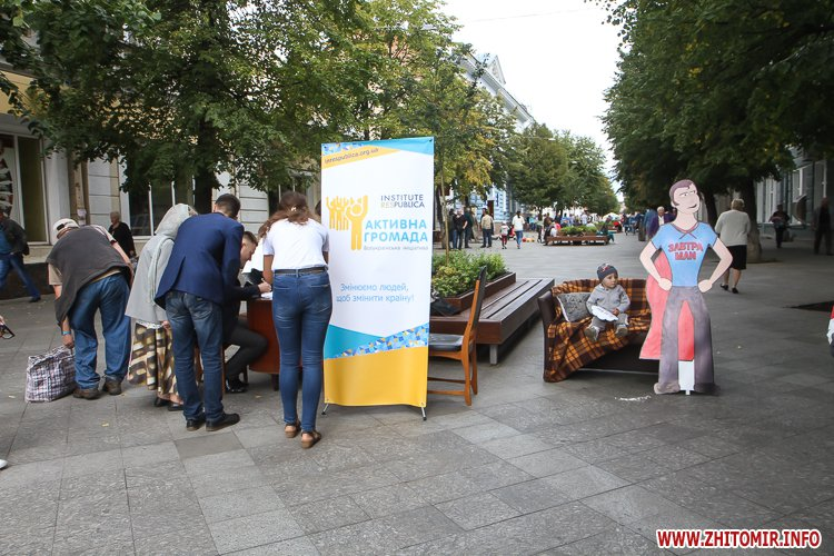 divAn 18 - На Михайлівській житомирянам пропонують посидіти на «Дивані незалежАності» і підписати звернення