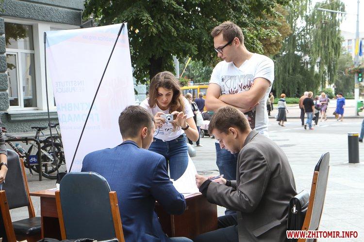 divAn 21 - На Михайлівській житомирянам пропонують посидіти на «Дивані незалежАності» і підписати звернення