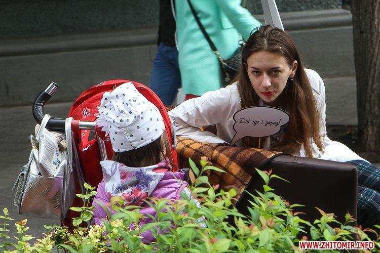 divAn 22 - На Михайлівській житомирянам пропонують посидіти на «Дивані незалежАності» і підписати звернення