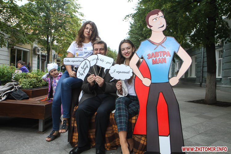 divAn 23 - На Михайлівській житомирянам пропонують посидіти на «Дивані незалежАності» і підписати звернення