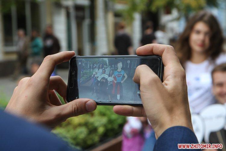 divAn 24 - На Михайлівській житомирянам пропонують посидіти на «Дивані незалежАності» і підписати звернення