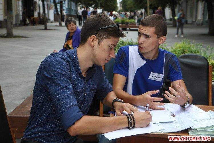 divAn 25 - На Михайлівській житомирянам пропонують посидіти на «Дивані незалежАності» і підписати звернення