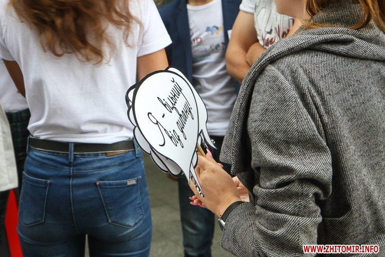 divAn 26 - На Михайлівській житомирянам пропонують посидіти на «Дивані незалежАності» і підписати звернення