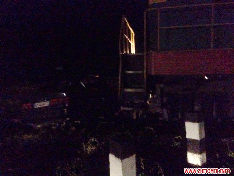 00pereezd 4 - У Житомирській області потяг збив автомобіль, водій встиг вискочити