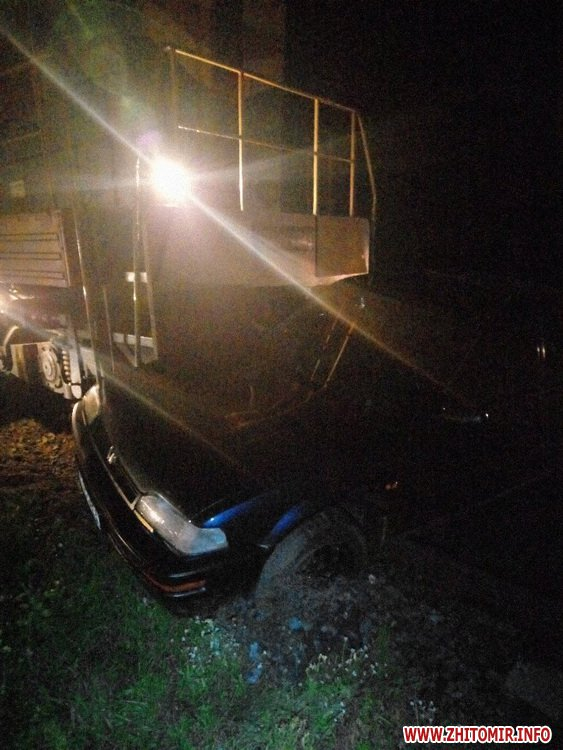 00pereezd 5 - У Житомирській області потяг збив автомобіль, водій встиг вискочити