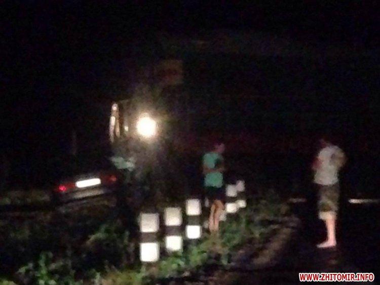 00pereezd 7 - У Житомирській області потяг збив автомобіль, водій встиг вискочити