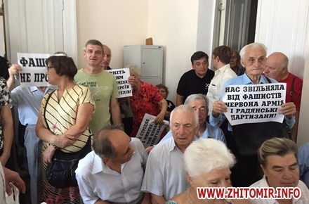 2017 08 0420604523 1950157608593747 1688259928922463026 n w440 h290 - На суд щодо перейменування вулиць Житомира пенсіонери прийшли з плакатом «Фашизм не пройде»