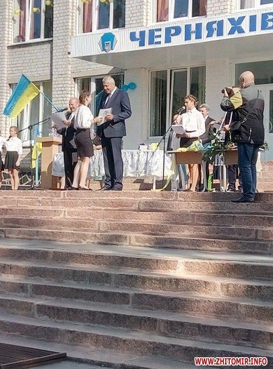 0109chern 3 - В Черняхівському районі голова РДА разом з народним депутатом вітав школярів з Днем знань