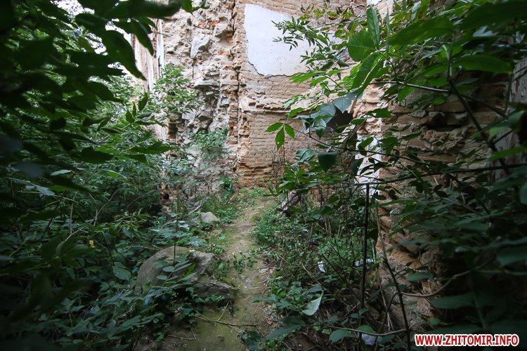 ryini 2109 07 - Аварійна «законсервована» пам'ятка архітектури в центрі Житомира. Фоторепортаж
