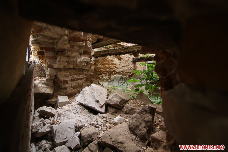 ryini 2109 15 - Аварійна «законсервована» пам'ятка архітектури в центрі Житомира. Фоторепортаж