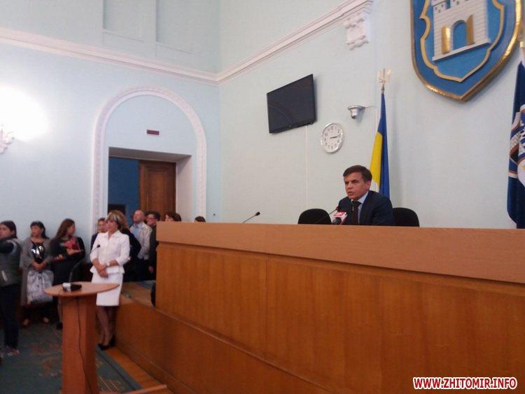 2109med zarplata 4 - Медпрацівники прийшли до Житомирської міськради вимагати зарплату