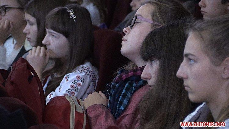 zbirka FRozenblat 06 - Фонд родини Розенблат видав та презентував збірку поезій обдарованих житомирських школярів