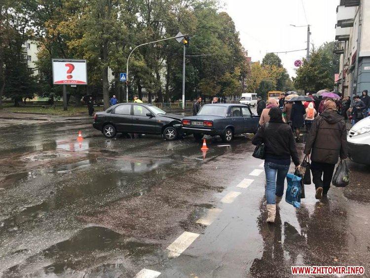 ydeDum 2 - ДТП у центрі Житомира заблокувала рух тролейбусів
