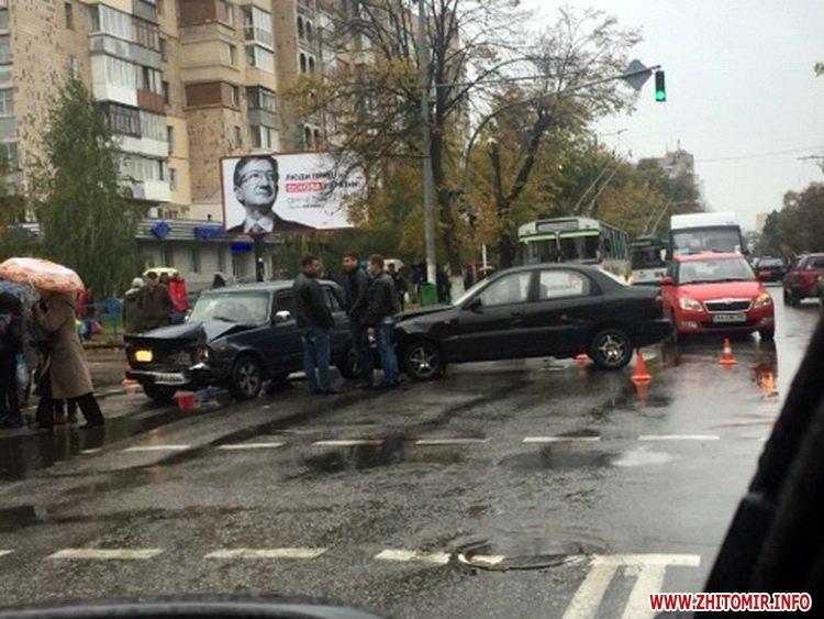 ydeDum 31 - ДТП у центрі Житомира заблокувала рух тролейбусів