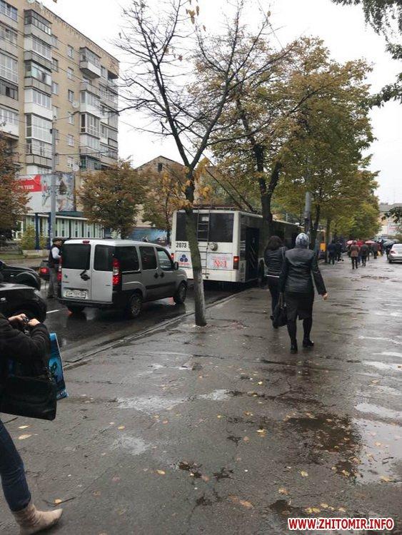 ydeDum 4 - ДТП у центрі Житомира заблокувала рух тролейбусів