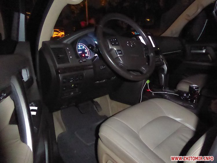 mashinka ygon 4 - У Києві житомирянин з товаришем викрали з парковки торгового центру Toyota Land Cruiser