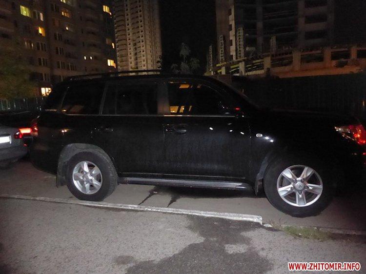 mashinka ygon 6 - У Києві житомирянин з товаришем викрали з парковки торгового центру Toyota Land Cruiser