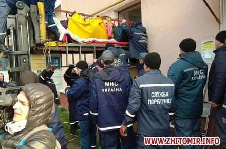 2017 10 23hoVzd 3 w440 h290 - Хвору жительку Житомирської області, яка важить майже 400 кг, через вікно виймали з квартири