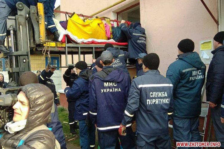hoVzd 3 - Хвору жительку Житомирської області, яка важить майже 400 кг, через вікно виймали з квартири