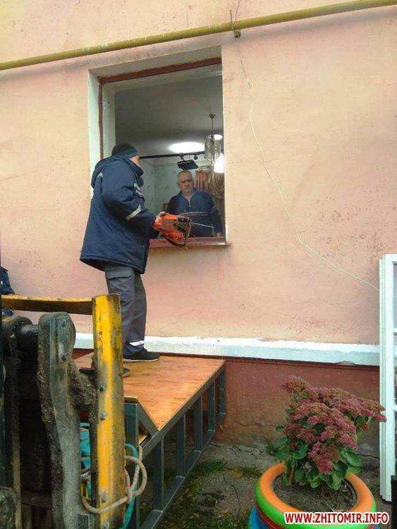 kayty 4 - Хвору жительку Житомирської області, яка важить майже 400 кг, через вікно виймали з квартири