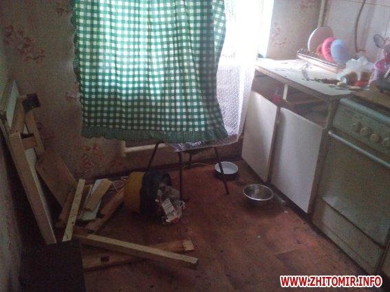 iiuyq 1 - Житель Бердичева забив до смерті старшу на 9 років співмешканку і викинув закривавлені речі у вікно