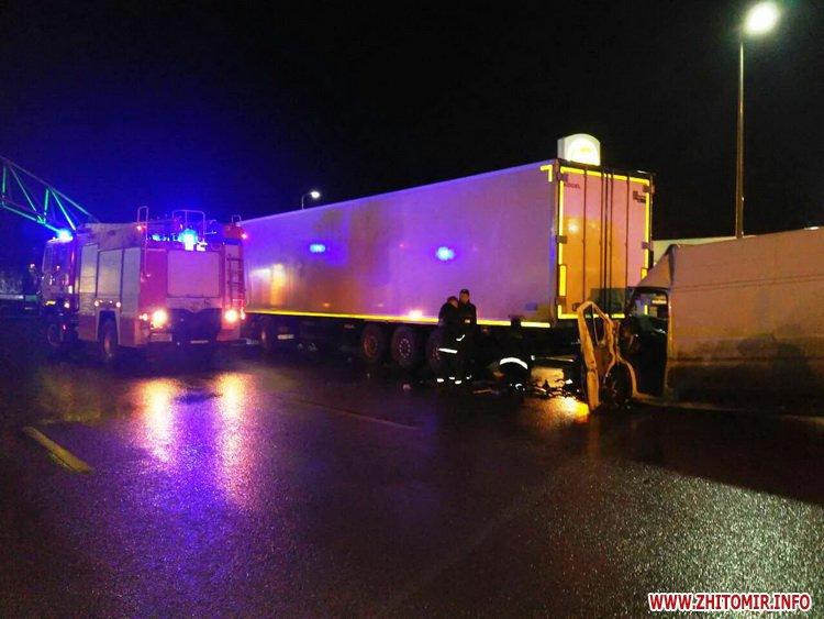 afa 1 - Побитий «нічийний» мікроавтобус більше тижня стоїть на дорозі поблизу Житомира