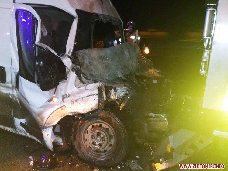 afa 3 - Побитий «нічийний» мікроавтобус більше тижня стоїть на дорозі поблизу Житомира