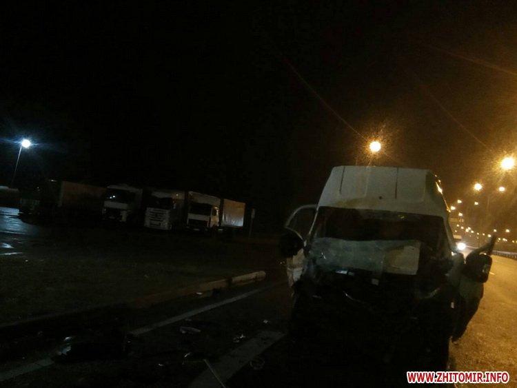 jdfsofooger - Побитий «нічийний» мікроавтобус більше тижня стоїть на дорозі поблизу Житомира