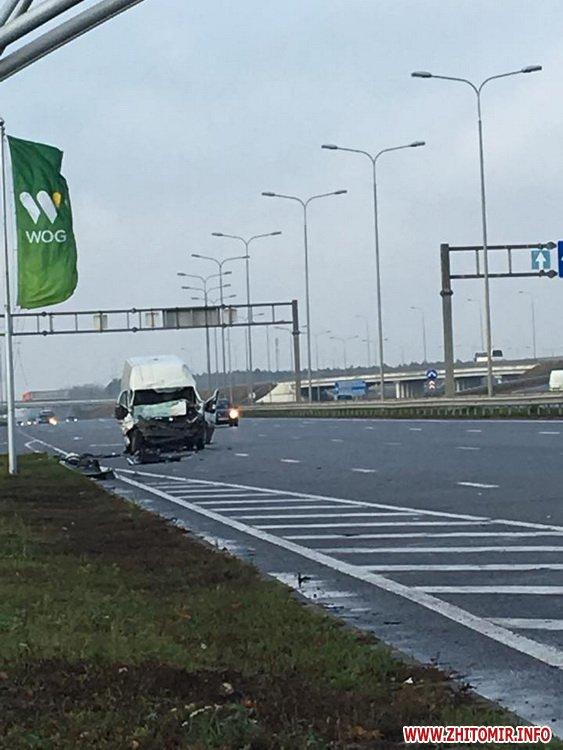 nichy marsh 3 - Побитий «нічийний» мікроавтобус більше тижня стоїть на дорозі поблизу Житомира