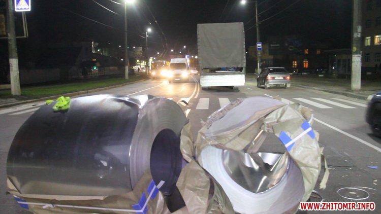Rylon metal 1 - У Житомирі під час руху з вантажівки випали три рулони металу