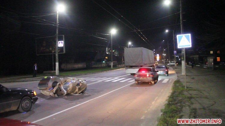 Rylon metal 3 - У Житомирі під час руху з вантажівки випали три рулони металу