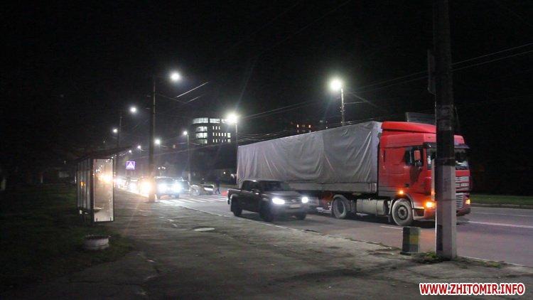 Rylon metal 4 - У Житомирі під час руху з вантажівки випали три рулони металу