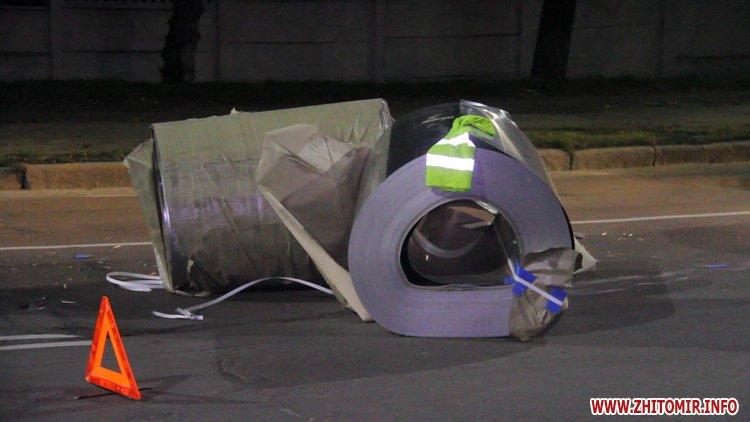Rylon metal 5 - У Житомирі під час руху з вантажівки випали три рулони металу