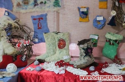 f1649f11d86d67a43d8481da3c2d959c w440 h290 - У Житомирі на виставці «Школи старовинних ремесел» показали взуття та поробки з вовни. Фоторепортаж