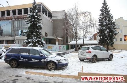 c86084cc7e9e600625028a7b27a34bf0 w440 h290 - На Михайлівській у Житомирі встановлюють функціональну лавку, а на майбутній ковзанці паркуються автомобілі