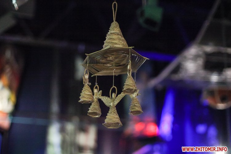 5a3ffb68c5c8c - Житомирянам показали, як зробити древню українську різдвяну прикрасу – солом'яного павука. Фоторепортаж