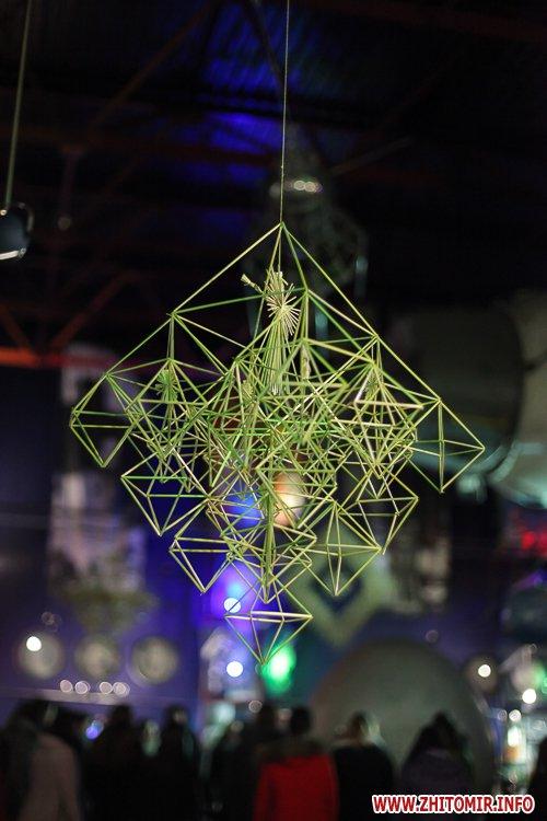 5a3ffb70542aa - Житомирянам показали, як зробити древню українську різдвяну прикрасу – солом'яного павука. Фоторепортаж