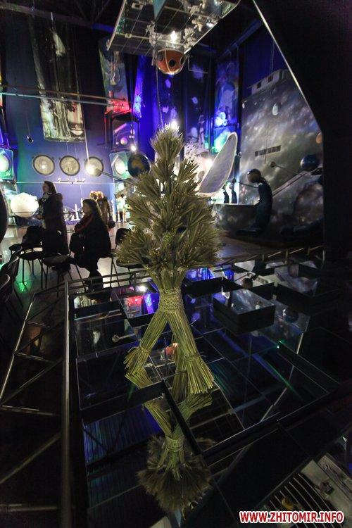 5a3ffb8eabc83 - Житомирянам показали, як зробити древню українську різдвяну прикрасу – солом'яного павука. Фоторепортаж