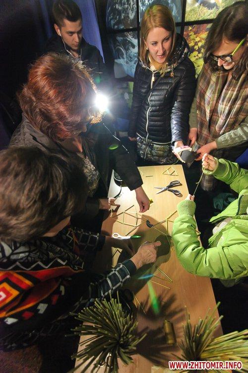 5a3ffba6969e1 - Житомирянам показали, як зробити древню українську різдвяну прикрасу – солом'яного павука. Фоторепортаж