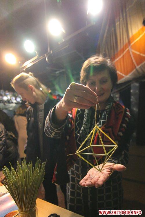 5a3ffbaf09e40 - Житомирянам показали, як зробити древню українську різдвяну прикрасу – солом'яного павука. Фоторепортаж