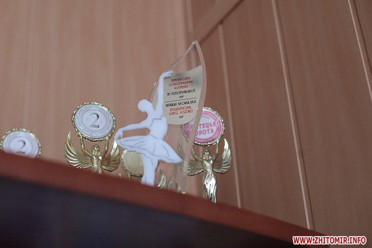 5a40fdf9ecead - Як тренуються маленькі артисти балету в житомирському центрі танцю «Аванте». Фоторепортаж
