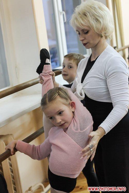 5a40fe1191c3c - Як тренуються маленькі артисти балету в житомирському центрі танцю «Аванте». Фоторепортаж