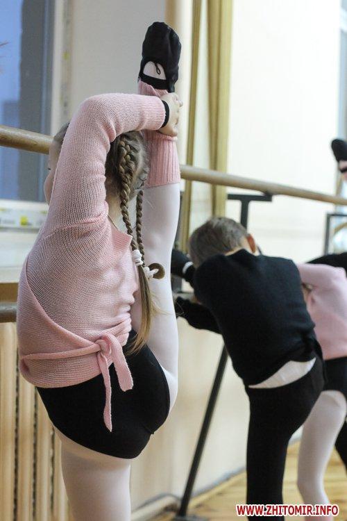 5a40fe189d2f5 - Як тренуються маленькі артисти балету в житомирському центрі танцю «Аванте». Фоторепортаж