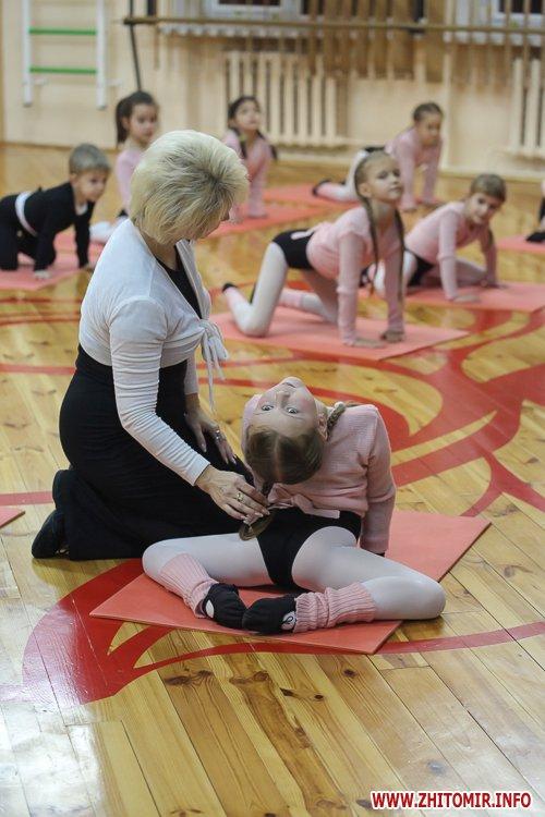 5a40fe247e864 - Як тренуються маленькі артисти балету в житомирському центрі танцю «Аванте». Фоторепортаж